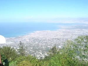 丘の上から港を望む