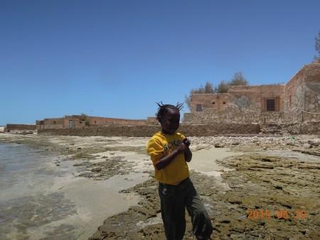 海辺で遊ぶ子供