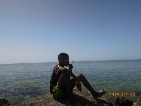 海を見つめる少年