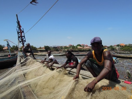 漁網修理の男たち