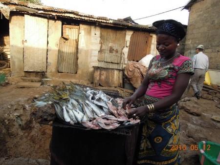 燻製の準備の女性