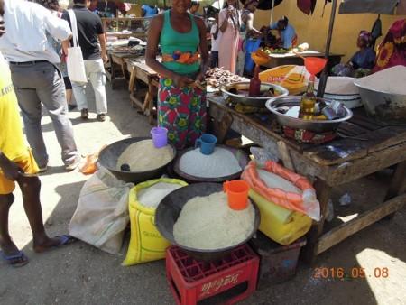 露天市場のお米売り