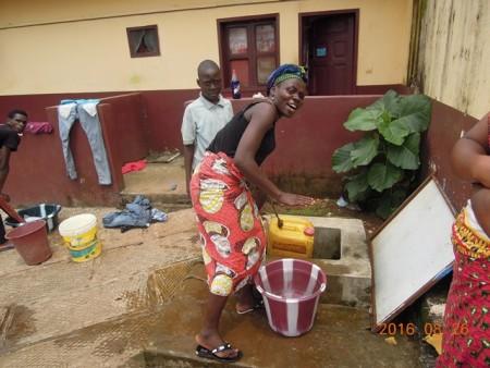 井戸で水をくむ女性