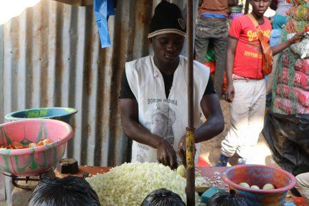 市場で玉ねぎをカットする青年(縮小)